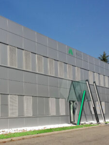 facciata ventilata in alluminio, pannelli scorrevoli, pannelli in lamiera cieca, pannelli in lamiera forata, Zinco Titanio Leonardo, Leonardo sistema parete